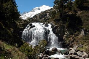 Vista del Aneto desde la cascada de Aigualluts